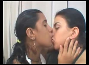 girls deep kising 54689