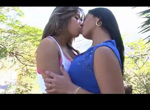 two girls kissing 534635